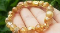 Mệnh thổ hợp vòng màu gì? nên đeo đá hay đeo vàng?